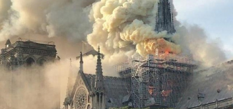 Notre Dame de Paris fire extinguished